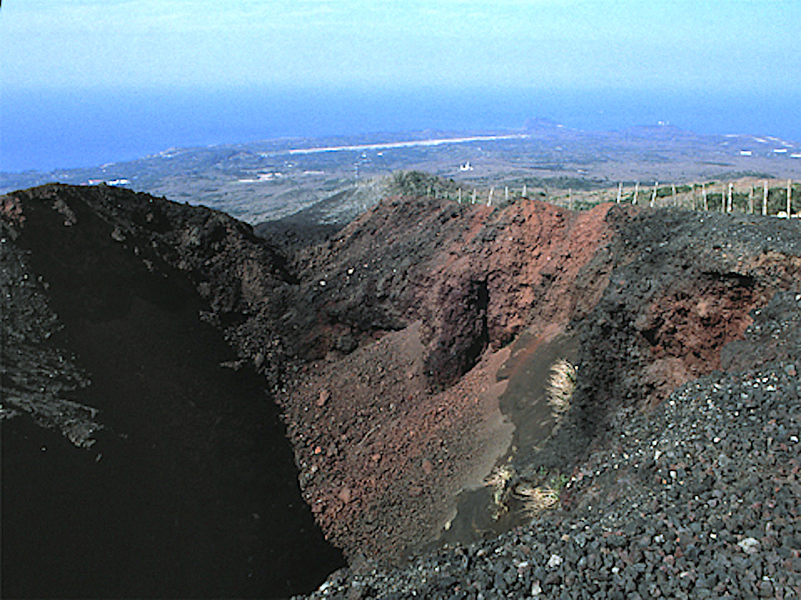 三原山・割れ目噴火口